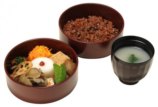 小豆の渋の自然な色合いの赤飯が特長のTORAYA TOKYO「祝い膳」(2484円)