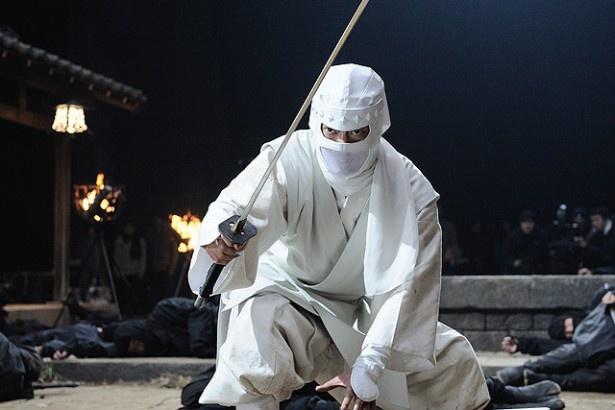 白忍者に扮しての激しいアクションは必見だ