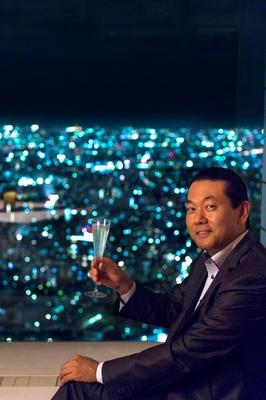 サンシャイン60ビル59Fのイタリアンレストラン、オーシャン カシータで夜景を見ながらスパークリングワインを嗜む丸々もとお氏