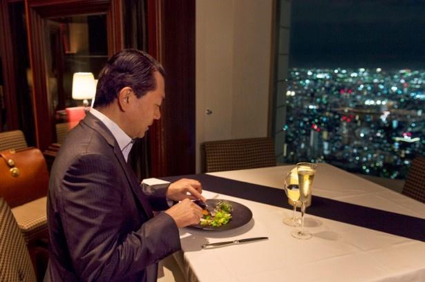 """スカイレストランでは、オープン5周年を記念して、""""5年間の感謝の気持ちを込めた特別コース""""を展開中。写真はオーシャン カシータの料理「カジキマグロのグリル」"""