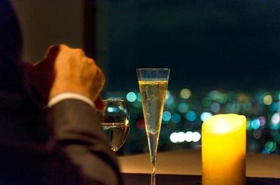 【写真を見る】男女関係もうまくいく!?スカイレストランから見える夜景はお酒との相性も抜群!