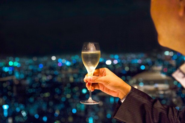 スパークリングワインを片手に、オザミ サンカントヌフから見える夜景を丸々氏が解説