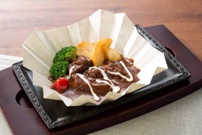 【写真を見る】自家製ソースでじっくり煮込んだ「サラダバイキング食べ放題付き ステーキ屋さんのビーフシチュー」(税別1499円)