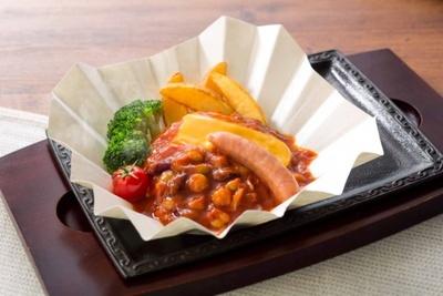 ヘルシーに仕上げた「サラダバイキング食べ放題付き ハンバーグ野菜とお豆のトマトチーズソース ハバネロ添え」(税別1099円)