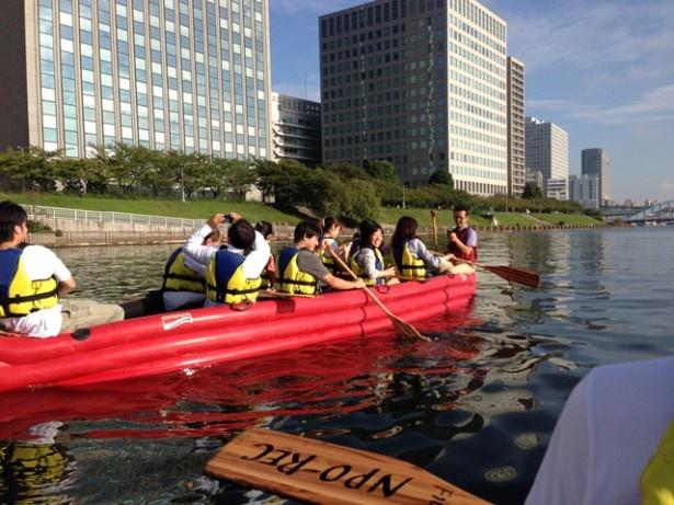 出社前にゴムボートを漕いでスカイツリーを見る企画も。自然とハイになれそうである