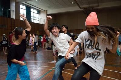 懐メロを連発するDJに乗せられて、普段は人見知りのライターも思わずイケイケな女子と一緒にダンシング!