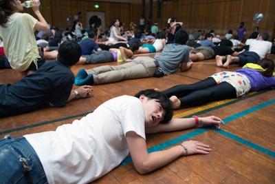 踊り疲れてヨガエリアに避難。日頃の運動不足がたたって昇天…騒ぎ過ぎは禁物である