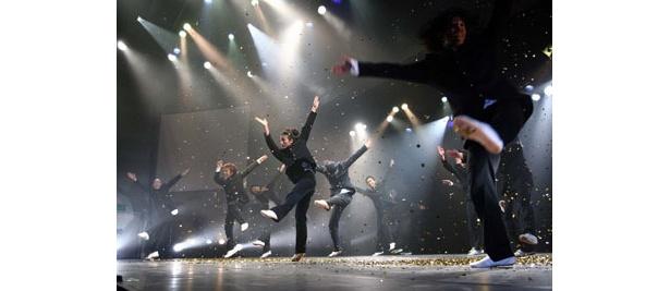 ステージいっぱいを使って、歌やダンス、ショートコントなどさまざまなパフォーマンスを繰り広げる
