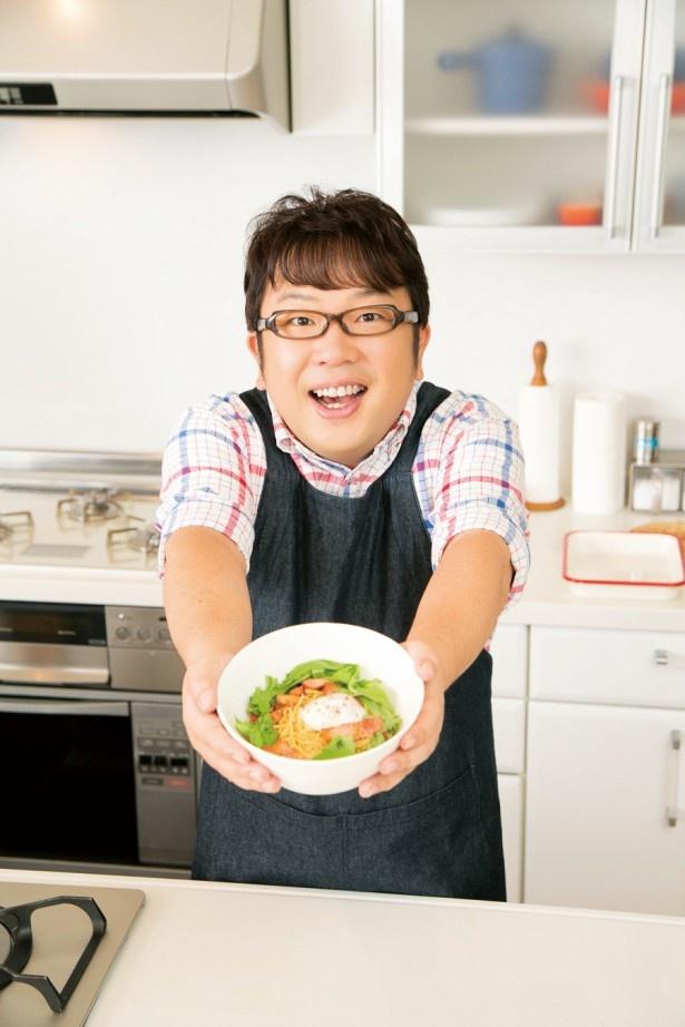 """袋麺のマルちゃん正麺を""""カルボナーラ風""""にアレンジしたキャイ~ンの天野ひろゆき。料理のモットーは「手早く、程よく手抜き(笑)」"""