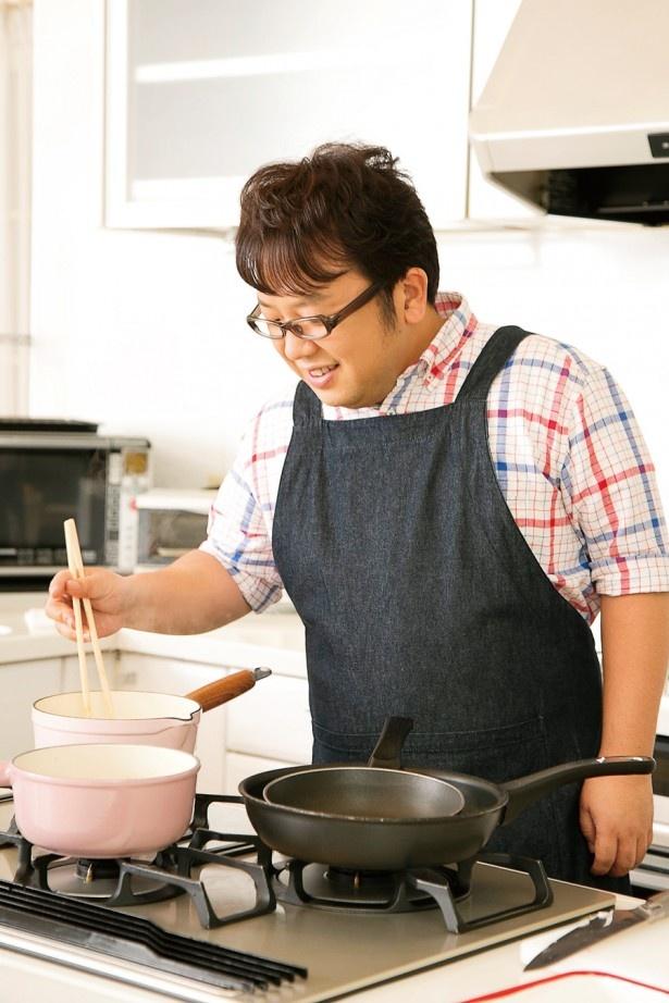 """""""料理大好き芸人""""としてすっかりお馴染みの天野っち。エプロンが様になっている!"""