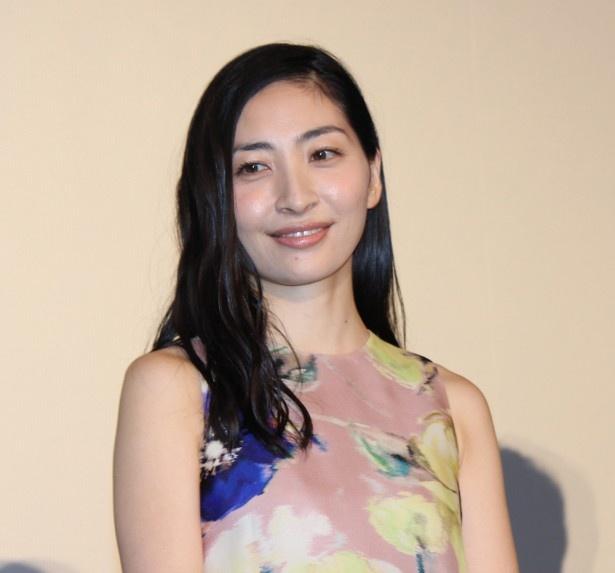 【写真を見る】「攻殻機動隊」草薙素子役の美人声優・坂本真綾。輝くような笑顔で会場に感謝!