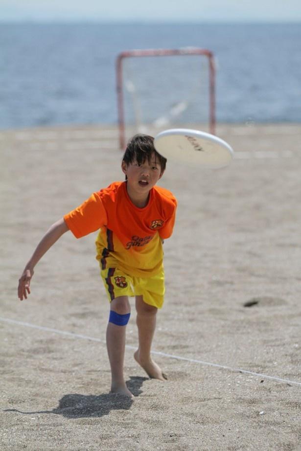 ビーチで楽しめるスポーツを紹介。写真はビーチアルティメット