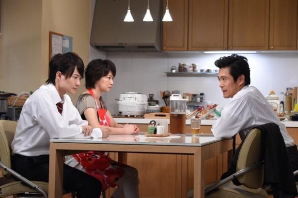 今後について家族で話し合う勝役の内野聖陽(右)、息子・達也役の神木隆之介(左)、妻・絵美役の夏川結衣(中央)