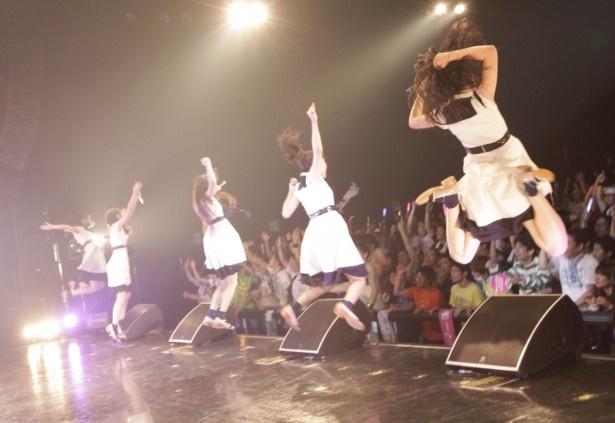 【写真を見る】すごい高さ! アンコール曲「ジャンプ!」でファンと一緒に跳ぶ5人