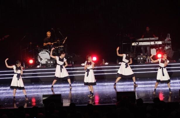 メーンボーカルを務めるMARIは「きょうこんなに大きな場所で歌えて、ステージに立って歌うことが大好きだと再実感させてもらいました」と