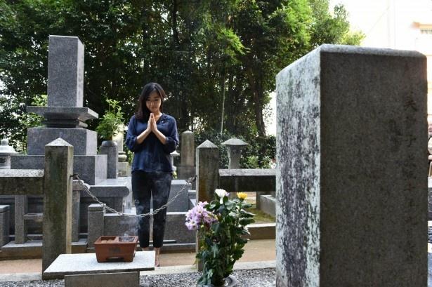 自らが演じる杉文の墓参りをする井上真央