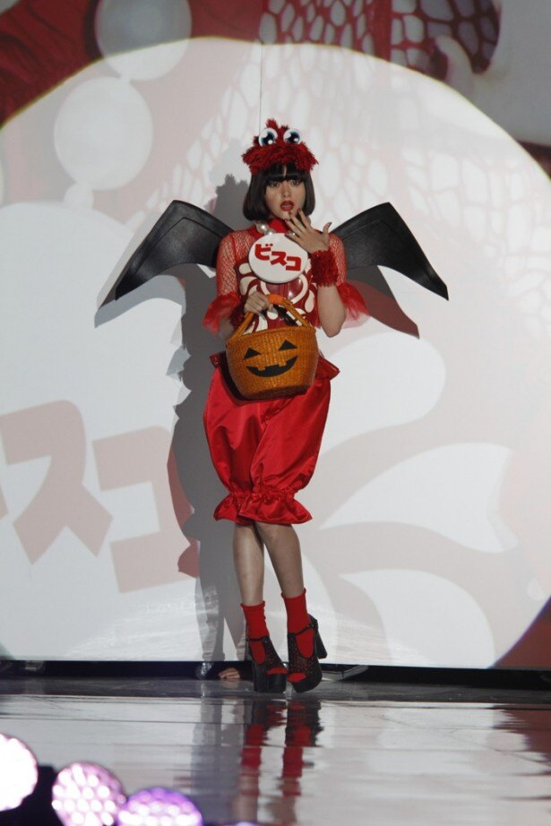映像演出が終了後、デビル風の装いで玉城ティナが再度登場