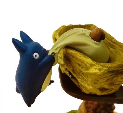 【写真を見る】中トトロが落ちそうになり必死にドングリの入った袋を掴んでいる様子