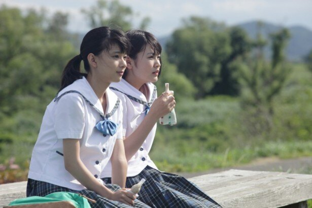【写真を見る】『物置のピアノ』のワンシーン。宮本春香(芳根京子、写真左)と、その親友である斉藤加奈子(西野実見、同右)
