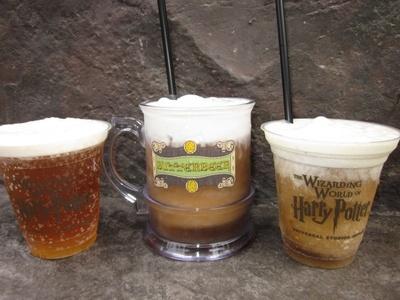 「バタービール」2種類を飲み比べ!写真左は通常の炭酸タイプの「バタービール」、写真中央と右が「フローズン・バタービール」。中央のオリジナルマグカップは持ち帰りできる