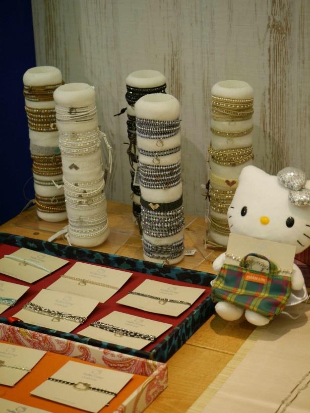ことし40周年を迎えた「ハローキティ」の多彩なコラボ商品も展示。写真は「チャンルー」とのコラボブレスレット