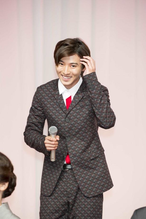 【写真を見る】出演者顔合わせの時に20歳のバースデーをサプライズでお祝いされたというエピソードを語る山崎賢人