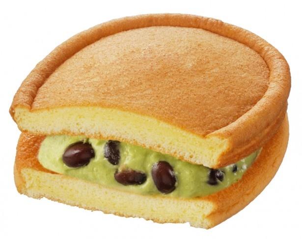 宇治、伊勢、西尾の3種の抹茶をブレンドしたクリームを使用した「ちょっと贅沢なワッフル(抹茶小豆)」(140円)