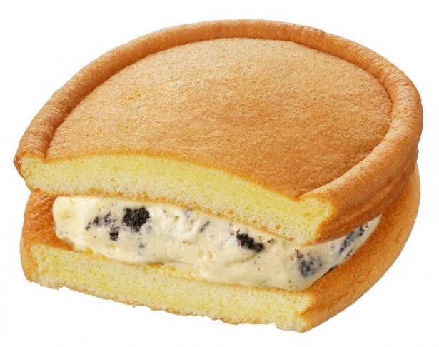 デンマーク産クリームチーズを使用するなどクリームにこだわった「ちょっと贅沢なワッフル(クッキー&クリーム)」(140円)