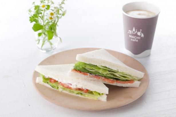 朝食にもぴったり!パンの豊かな風味が新鮮な野菜の美味しさを引き立てる「ピュアサンド(サーモンクリームチーズ&野菜)」