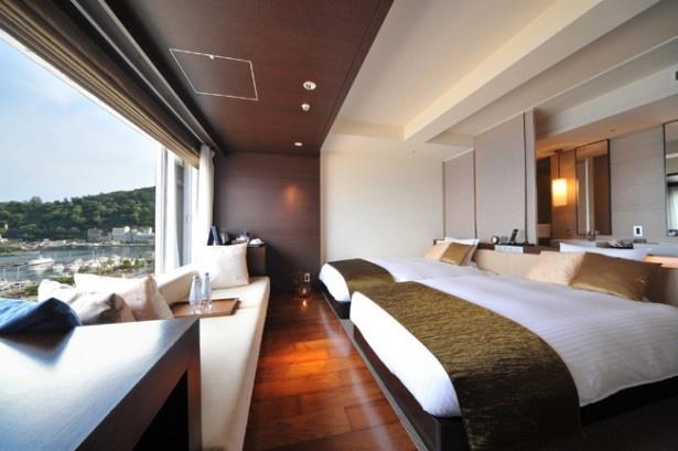 相模湾の絶景や砂浜のライトアップを眺めるオーシャンビューの客室。