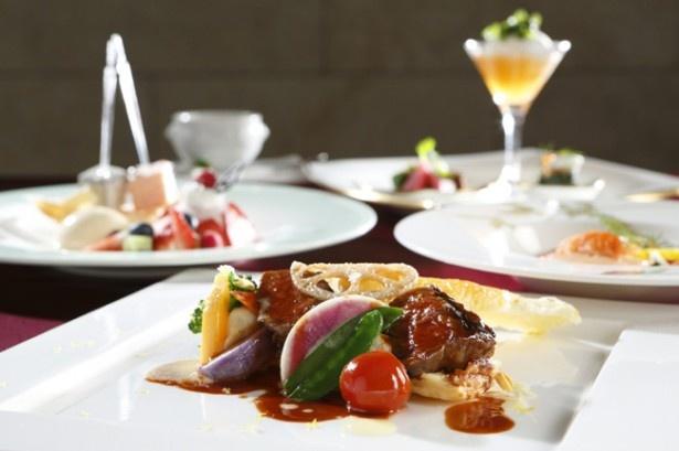 地場産の旬の魚介類や有機野菜を盛り込んだ、彩りも美しいフランス料理。