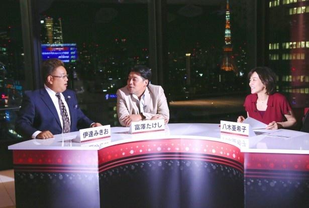 新番組「紅リサーチ」に出演するサンドウィッチマン、八木亜希子(写真左から)