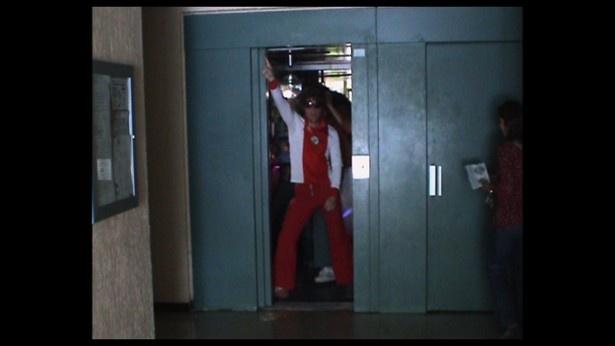 マンションの狭いエレベーター内でフィーバーするレミ・ガイヤール