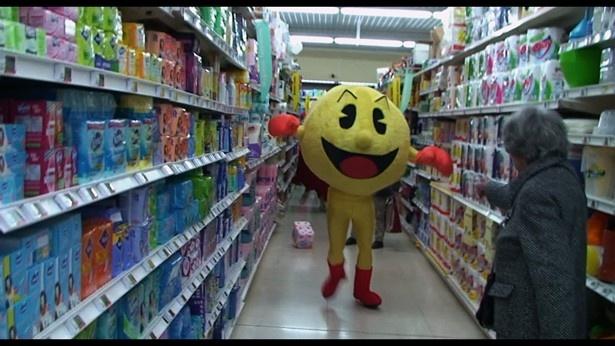 【写真を見る】日本でもおなじみのキャラに扮したイタズラ野郎がスーパーマーケットで大暴れ!?
