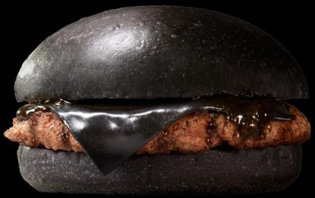 【写真を見る】何から何まで真っ黒!コクのあるソースを合わせたシンプルながらも、プレミアムな味わいの「KURO Pearl」