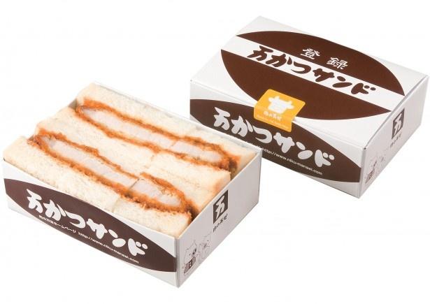 羽田空港で1位を獲得した、肉の万世の「万かつサンド」。肉厚のカツをソースにつけ、ふわふわのパンで挟んでいる。東京ではおなじみの味!