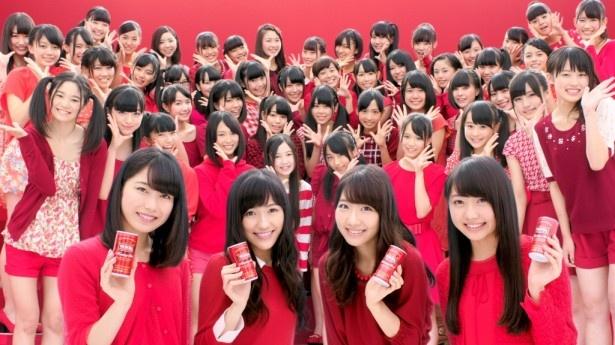 「○○の皆さん!」と呼びかけるAKB48の(前列左から)横山由依、渡辺麻友、柏木由紀、木崎ゆりあとチーム8のメンバー