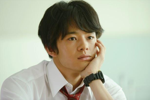 池松壮亮が演じる浅井由は、同級生の入江(橋本愛)が気になり、青春ならではの悩みに振り回されるごく普通の高校生