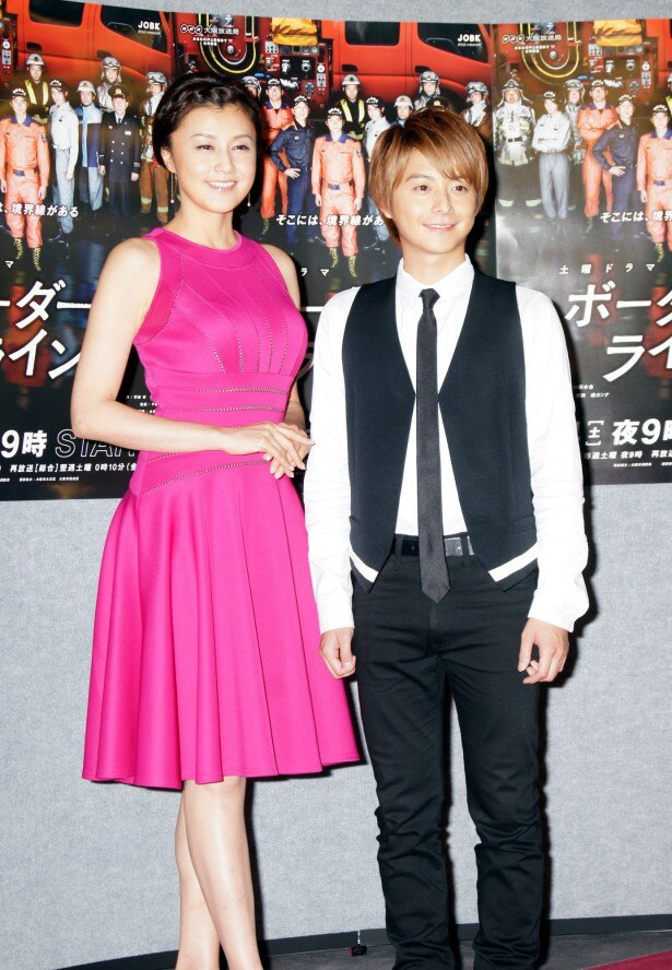 ドラマ「ボーダーライン」の会見に出席した小池徹平(右)と藤原紀香(左)