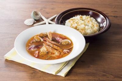 白身魚を煮出した濃厚なダシにオマールエビ、カニなどの魚介の風味を効かせた「魚介のブイヤベースのカリカリチーズおこげ」(1196円)