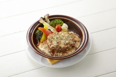 """スペインの伝統料理で肉団子のような料理""""アルボンディガス""""をイメージした「トマトのスペイン風煮込みハンバーグ」(899円)"""