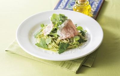 ニンニクとチーズで刻を出したジュノベーゼソースとツナをあわせた「生ハムと香味野菜のジュノベーゼ」(948円)