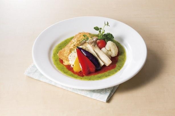 赤いトマト、緑色のバジル、白いチーズのソースがイタリア国旗をイメージさせる「メカジキのピカタ~トマトとバジル・チーズの3色ソース」(1099円)