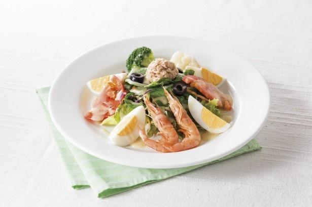 レタスやルッコラなどのフレッシュな野菜にツナ、オリーブなどをトッピングした「ニース風サラダ」(556円)