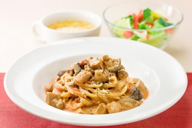 香りの女王とも呼ばれるポルチーニを使用した「ポルチーニと2種のきのこのトマトクリームスパゲティ」(税別599円)