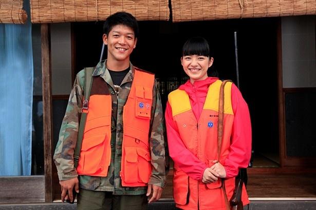 ドラマ「狩猟雪姫」(関西テレビ)で猟師を目指す主人公を演じる小島藤子(写真右)と、共演の駿河太郎