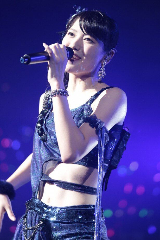 【写真を見る】へそ出しのセクシーな衣装を着た矢島舞美。「雨女ネタ」をメンバーにいじられた