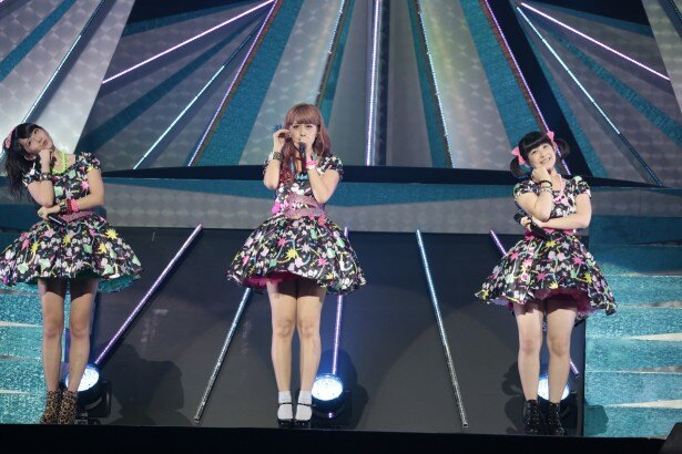Buono!は「Kiss!Kiss!Kiss!」を披露。左から鈴木愛理(℃-ute)、夏焼雅、嗣永桃子(ともにBerryz工房)