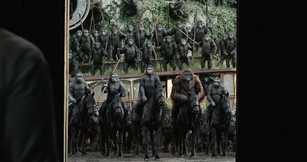馬にまたがり凛々しいたたずまいの猿たち