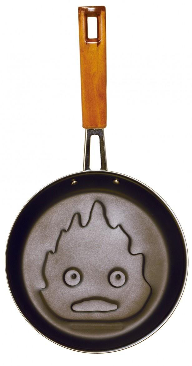 【写真を見る】パンケーキを焼くとカルシファーの顔がスタンプされる「ハウルの動く城 カルシファー キッチンツール 目玉焼きパン」(税別1800円)